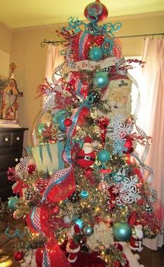 Love this red &  turquoise Christmas tree !