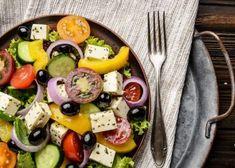 Rebaja entre 8 y 10 kilos con esta dieta - Adelgazar en casa Metal Trays, Greek Salad, Mediterranean Diet, Vintage Metal, Cobb Salad, Cheese, Food, Top View, Fitness