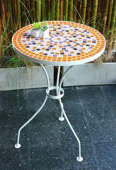 mesa con venecitas para balcon o jardin Mosaic Crafts, Mosaic Projects, Mosaic Art, Mosaic Garden, Cozy Corner, Mosaic Designs, Stained Glass, Christmas Crafts, Diy Crafts