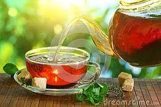 Van het zetten van thee wordt soms een heel ritueel gemaakt, maar thee zetten kan ook eenvoudig, zelfs direct in een kopje. Spoel eerst de pot om met heet water om hem op te warmen. Giet dan heet water in de voorverwarmde pot en doe de thee erin, los of in een theezakje. Laat de thee een paar minuten trekken. Bij lang trekken (meer dan 5 minuten) wordt de thee bitterder, dan bij korter trekken (2-3 minuten). Voor zwarte thee mag de watertemperatuur niet hoger zijn dan 90 °C. De thee wordt…