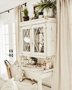 Adding That Perfect Gray Shabby Chic Furniture To Complete Your Interior Look from Shabby Chic Home interiors. Tela Shabby Chic, Shabby Chic Mode, Estilo Shabby Chic, Shabby Chic Living Room, Shabby Chic Kitchen, Shabby Chic Style, Shabby Chic Furniture, Modern Furniture, Furniture Design