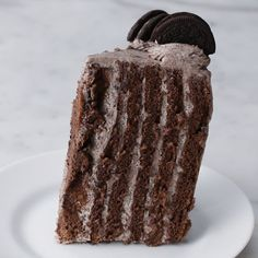Cookies & Cream cake is layered on edge . - … and as we all know, vertical stripes make you slim! Cream -This Cookies & Cream cake is layered on edge . - … and as we all know, vertical stripes make you slim! Yummy Treats, Delicious Desserts, Sweet Treats, Yummy Food, Healthy Food, Baking Recipes, Cake Recipes, Dessert Recipes, Oreo Desserts