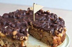 Sund snickerskage. En super nem opskrift på en virkelig lækker kage uden tilsat sukker, mel og smør. En kage som giver en oplevelse af noget rigtig syndigt.