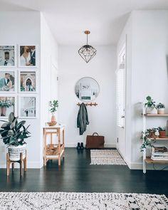 Home Interior Design — Entryway inspiration Style At Home, Entryway Wall Decor, Modern Entryway, Entryway Stairs, Foyer, Flur Design, Decoration Entree, Home Decor Inspiration, Decor Ideas
