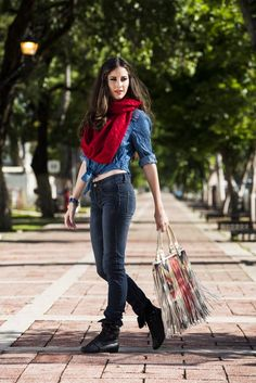 Look Denim con un toque de color.