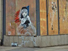 L'ultima opera dell'artista britannico Banksy è apparsa vicino all'ambasciata francese a Londra e mostra una ragazza in lacrime che ricorda Cosetta, un personaggio dei Miserabili di Victor Hugo, con la bandiera francese stracciata alle spalle. Ai suoi piedi un candelotto di gas CS, il gas lacrimogeno usato dalla polizia per disperdere le manifestazioni e gli assembramenti di persone. Con questo murale Banksy voleva denunciare l'uso di gas lacrimogeni da parte della polizia contro i migranti…