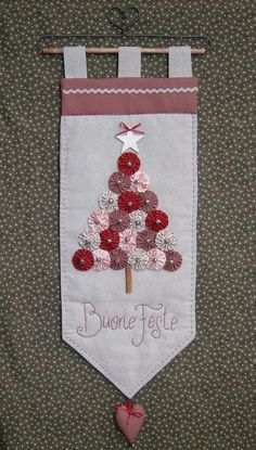 ~ Yo-Yo Wall Hanging w/ Embroidery ~ Stoffe. Christmas Makes, Noel Christmas, Christmas Ornaments, Christmas Banners, Fabric Crafts, Sewing Crafts, Diy Crafts, Christmas Wall Hangings, Christmas Decorations