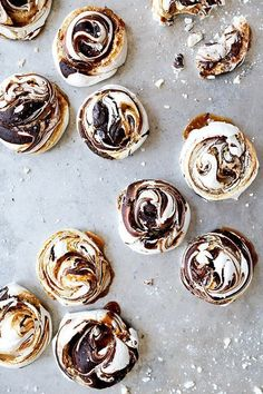 Chocolate and Salted Caramel Swirled Meringues | www.floatingkitch...