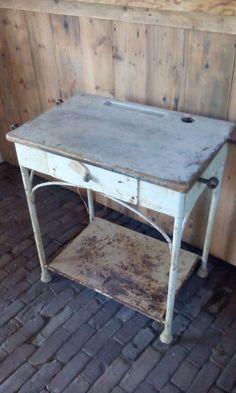 Bijzonder heel oud ijzeren tafeltje shabby table