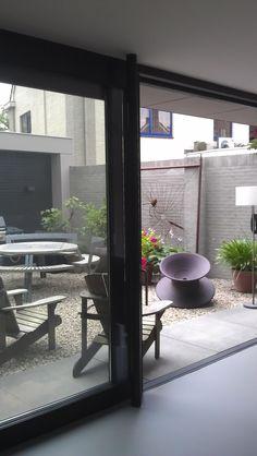 In deze opzet wordt een patioruimte gecreëerd tussen de nieuwe fitnessruimte en een bergruimte die over een volledige privacy beschikt. Hiermee wordt ook de entree naar de voorzijde van het huis verlegd en ontstaat een ruime entreeruimte.  www.jmwinfo.nl