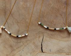 collier fin de créatrice en argent massif doré a l'or fin 24 carats avec perle et pompon ... bijoux personnalisable dans le choix de couleur de perle et du pompon
