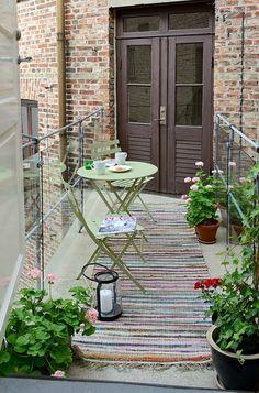 Charmant ce balcon, telle une passerelle qui permet passer d'une pièce à l'autre. J'aime bien ce petit côté douillet et un tantinet passéiste. créé par le tapis
