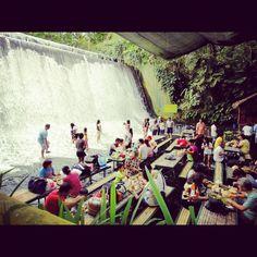 El restaurante bajo la cascada de Villa Escudero en Filipinas.