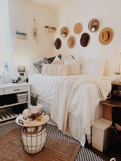 Making Big Interior Changes Using Small Apartments - House Topics College Bedroom Decor, Boho Dorm Room, College Room, Room Ideas Bedroom, Dorm Rooms, Dorm Room Setup, College Life, Minimalist Dorm, Small Dorm
