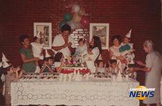 O álbum de fotos de Isabella, Heloísa e Isadora mostram em detalhes como eram os aniversários nos anos 80 e começo da década de 90. Em 1985, a primogênita do trio completava 1 aninho com uma festa que muita gente vai se lembrar como era: em casa, com bolo feito pela tia, decoração alugada – novidade para a época – bexigas que todo mundo enchia, junto dos brigadeiros que a família enrolava. Aliás, a festa começava desde ali, nos preparativos.