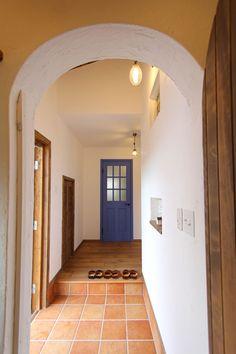 30坪とは思えない開放的な家:ナチュールホームの写真集。岐阜・愛知で注文住宅を建てるナチュールホームの写真集です。厳選された天然材料を使用した心地よい空間のフォトギャラリーを参考にご覧くださいませ。 Cute House, My House, Cob House Interior, Color Magic, House Rooms, Decorating Tips, Window Treatments, Oversized Mirror, Entrance