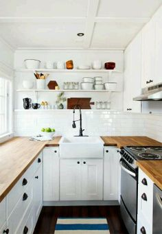Small kitchen: open shelves & farmhouse sink