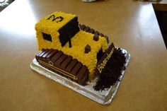 School of Natalie: Bulldozer Cake with Kit-Kats Actually has pan sizes/diagrams of how to cut the cake Bulldozer Cake, Dump Truck Cakes, Truck Birthday Cakes, 3rd Birthday, Birthday Ideas, Construction Birthday Parties, Construction Party, Ideas Party, Cookies