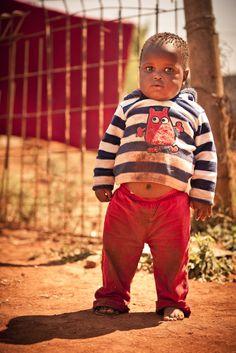 (c)AdrianKuipers. wat een ontzettend lief schatje is dit. Hij woont in de buurt van Johannesburg, in een van de townships; Lehae,Gefotografeerd op een van de Orange Babies trips, tijdens een projectbezoek.