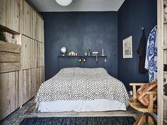 Elegant dark blue bedroom walls for your bedroom wall color idea : small bedroom with dark Dark Blue Bedrooms, Blue Bedroom Walls, Blue Walls, Dark Walls, Master Bedroom Design, Home Decor Bedroom, Living Room Decor, Bedroom Ideas, Closet Bedroom