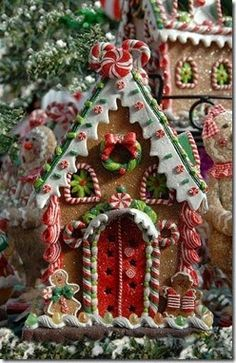 One of the best Christmas family traditions is making gingerbread houses! It's messy, it's fun, and everyone's had their share of candy and gingerbread by the end. Here are some crazy-inspiring gingerbread houses to give you ideas for this Christmas! Christmas Gingerbread House, Noel Christmas, Christmas Goodies, Little Christmas, All Things Christmas, Winter Christmas, Christmas Crafts, Christmas Decorations, Christmas Ornaments