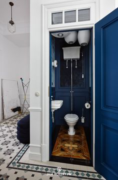 〚 Colorful decor of modern apartment in old house in Warsaw 〛 ◾ Photos ◾Ideas◾ Design Small Bathroom Shelves, Bathroom Design Small, Bathroom Interior Design, Art Deco Bathroom, Diy Bathroom Decor, Small Toilet Decor, Downstairs Toilet, Colorful Decor, Home Decor Inspiration