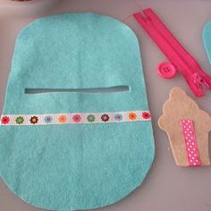 paper-and-string: 500 posts :: craft day - DIY Tasche Shnittmuster Felt Diy, Felt Crafts, Fabric Crafts, Sewing Crafts, Felt Pouch, Felt Purse, Coin Purse, Wool Embroidery, Wool Applique