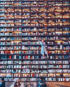"""A livraria """"Majestic Bookstore"""", em Osaka, no Japão. Beautiful Library, Dream Library, Library Books, Reading Books, Home Libraries, Book Aesthetic, Japan Photo, World Of Books, Library Design"""