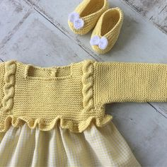 Kimono-wrap baby jacket stops just at rib cage height (like Knitting For Kids, Baby Knitting Patterns, Crochet For Kids, Baby Patterns, Knit Crochet, Tricot Baby, Pull Bebe, Baby Girl Party Dresses, Baby Cardigan