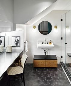carrelage de sol hexagons noirs, salle de bain originale