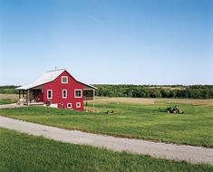 Nobody ever said farming was easy, but the rewards of a homegrown harvest are great. On six acres of fertile land in the heart of rural Iowa, Geoff and Joanna Mouming mix modern home design with a traditional way of life.