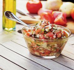 Tempo: 30min (+30min de descanso) Rendimento: 10 Dificuldade: fácil Ingredientes: 2 cebolas médias picadas 5 tomates picados 1 pimentão verde picado 1/2 xí