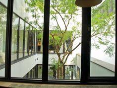林口建案─The House 房子是馬蹄ㄈ型,內有中庭草坪,大門開在ㄈ的底部,這樣讓每個房都有開窗面向中庭