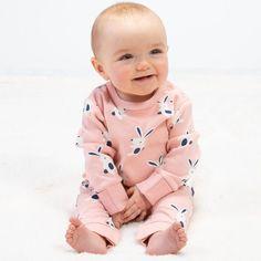 Salopetă bebelusi din bumbac organic certificat GOTS. Model prevăzut cu capse pe umăr, pentru o îmbrăcare mai ușoară.   Compoziție 100% bumbac organic.   Mărimi disponibile 6-9 luni până la 9-12 luni. Serendipity, Kite, Mai, Claire, Onesies, Organic, Happy, Model, Clothes