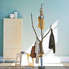 Von der Natur inspiriert bereichert der aus einem Ast selbstgebaute Garderobenständer das Zuhause. Die kleinen Äste dienen als Haken für Jacken, Hüte, Schals…