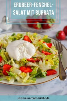 Fixe Sommerabendküche: Erdbeer-Fenchels-Salat mit cremigem Burrata. | www.muenchner-kueche.de #salat #erdbeeren #fenchel #salatherzen #burrata #lowcarb #leichteküche #sommer A Food, Good Food, Halloumi, Easy Peasy, Healthy Lifestyle, Eggs, Favorite Recipes, Meat, Chicken