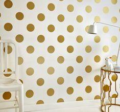 We gaan voor behang met stippen. Gouden dots aan je wand. Meer wooninspiratie of tips voor het inrichten van je huis op mijn interieurblog http://www.interieurinspiratie.nl/dotting-dots/