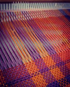El #invierno se adelantó y el frío se siente de verdad. Por eso en #Biguá los telares no paran de funcionar. #Tejer #Telar Tablet Weaving, Loom Weaving, Hand Weaving, Weaving Projects, Weaving Patterns, Rug Hooking, Tapestry, Quilts, Knitting