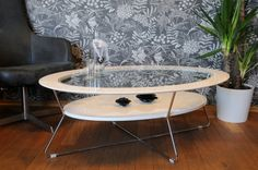 Moderne og praktisk ovalt Cleo sofabord med plass til ekstra oppbevaring i hvit hylle under.Mål:lengde 120cmBredde 80cmHøyde 42cmVarenummer:690747Varen krever enkel montering.