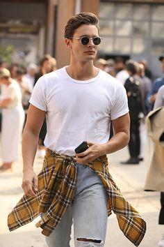 Street Style Leo Faria Milão com jeans, camiseta branca, camisa xadrez amarela e óculos redondo Men's Fashion, Hipster, Jeans, Checked Shirts, Moda Masculina, Fashion For Men, Hipsters, Male Fashion, Mens Fashion