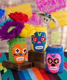 Day of the Dead Cozies free crochet pattern in Super Saver yarn. Crochet our festive jar cozies for Day of the Dead or to add a festive vibe any time of the year. They are perfect for holding treats, buttons, flowers or utensils at a party. Crochet Coffee Cozy, Crochet Cozy, Crochet Gratis, Free Crochet, Simply Crochet, Crochet Skull Patterns, Halloween Crochet Patterns, Holiday Crochet, Autumn Crochet