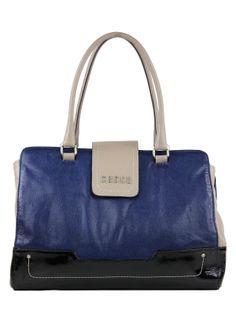 Bolsa Feminina média em estilo minimalista. Confeccionada toda em couro, com base em couro verniz. Forro de tecido poliéster, bolsos internos para objetos.
