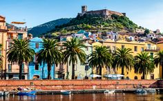 Blick auf die Küste und Festung von Bosa auf Sardinien