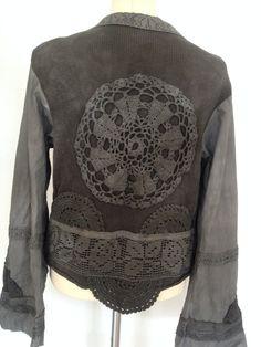 Rawrags Boho Jacke... Dieses Stück, das ich es nennen möchte einen Elfen inspiriert, häkeln, Waldland Jacke, auch für die schicke Ferienhaus umgewidmet. .  Es kann in verschiedenen Stilen, mit verschiedenen Kleidungsstücken getragen werden... Art einer Runde Kleidungsstück.  Liebe es mit Jeans oder einen Rock lässig, sondern auch mehr aufgerüstet mit einem Kleid Anweisung unter...  Der Stoff ist neu zugewiesene Schnürung und Stichel, kombiniert mit stricken und Baumwolle.  Alles wird von…