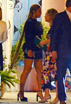 Turning heads: Beyonce showed off super long hair extensions in Miami on Tuesday night while out with her husband Jay Z Beyonce Show, Beyonce And Jay Z, Beyonce Dancers, Beyonce Coachella, King B, Long Hair Extensions, Online Photo Gallery, Beyonce Knowles, Queen B