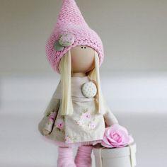 Девочка на мк 23 октября Продается! Так же, в наличии есть такие наборы. Цвет волос на ваш выбор: блондин, пшеничный, русый, медно-рыжий, морковно-рыжий. В набор входят: руки, ноги, голова и тело - отшиты и уже набиты. Ткани для одежды, трикотаж для обтяжки головы, кеды, коробочка, трессы, ленты и цветы, пуговицы для пришивания ног. Вам понадобятся: иголки, нитки, швейная машинка, клей-пистолет. Напоминаю стописятый раз - наборы рассчитаны на девочек, присутсвовавших на моих мк. Или на те...