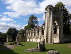 English: St Mary's Abbey Church in Museum Gardens York, England. This shows the ruins of part of the north and west walls that formed the nave and crossing, designed in Gothic style by architect Simon of Pabenham in the 13th century, between between 1270 and 1279.