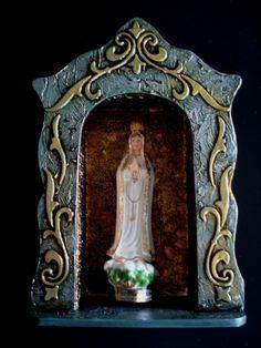 Oratório em madeira mdf com acabamento envelhecido e detalhes em dourado. Não acompanha a santa.
