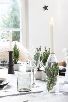 von unserem diesjährigen Weihnachts-Esstisch. Ich winke kurz in die Runde und wünsche allen ein frohes und friedliches Weihnachtsfest.