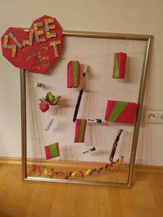 Geschenk zum 16. Geburtstag.  Rahmen mit Draht bespannt und Geschenke hinein gehängt.
